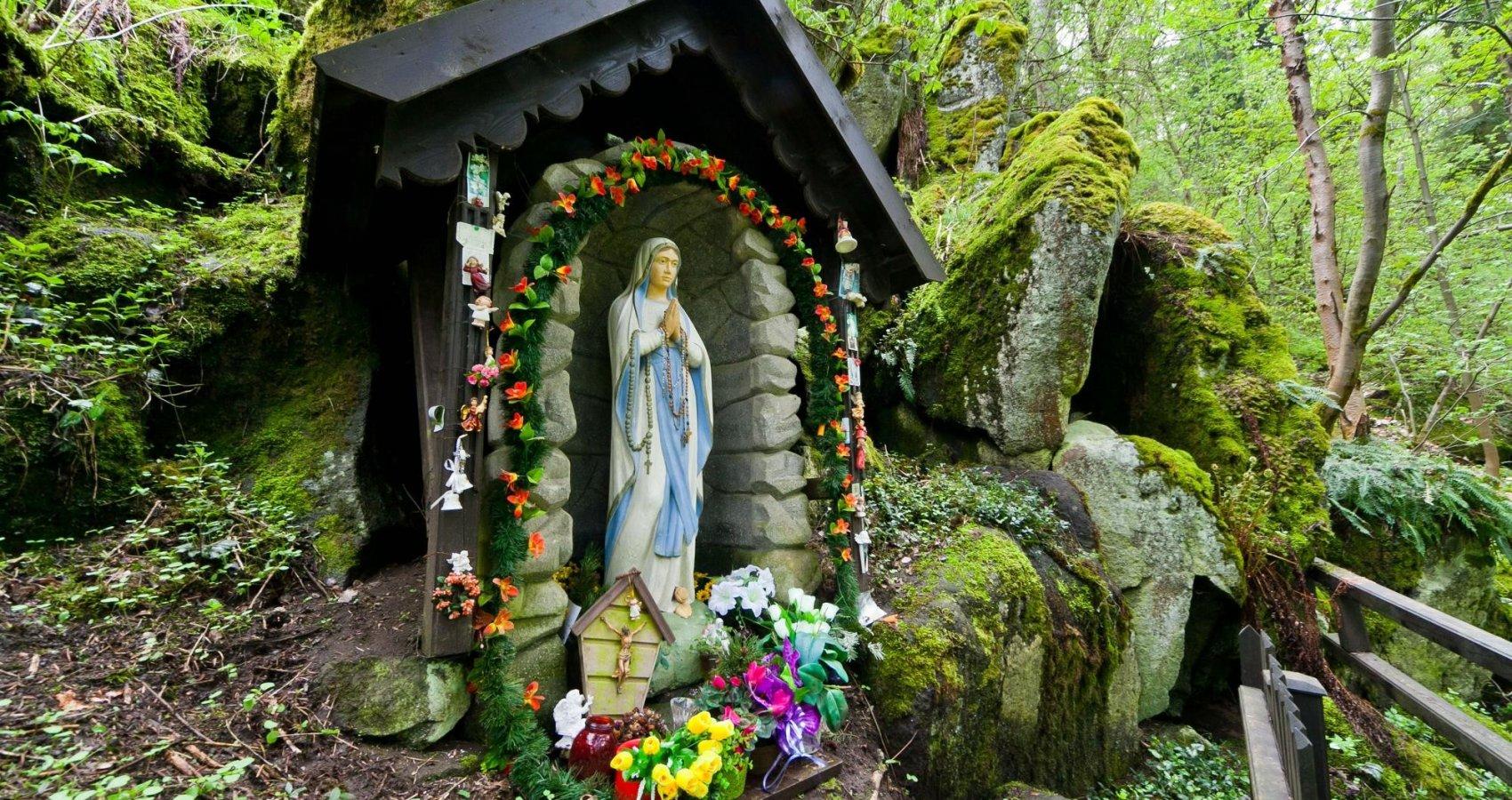 Panna Marie ve skále