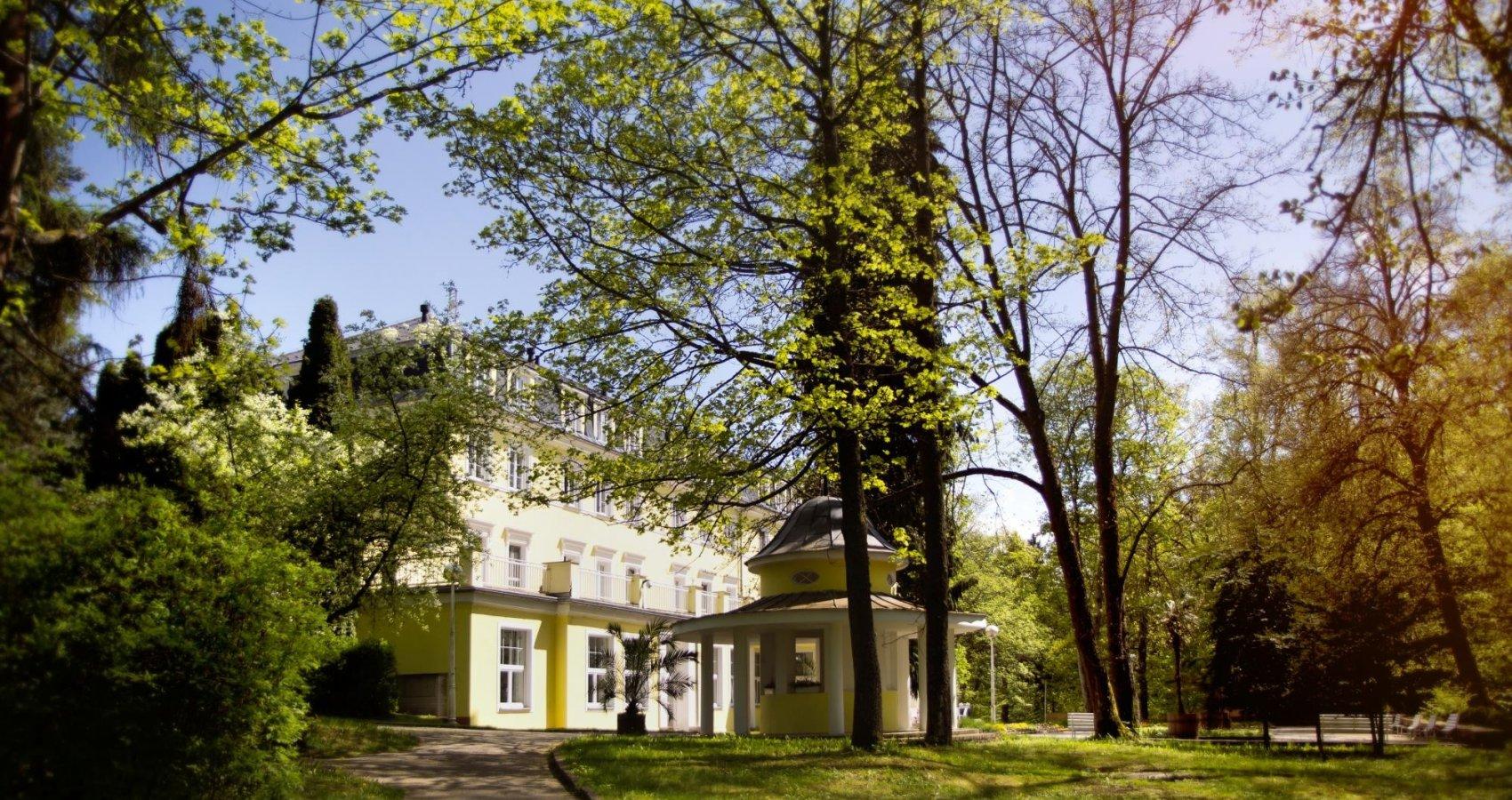 Lázeňský hotel Prusík a kulatý pitný pavilon
