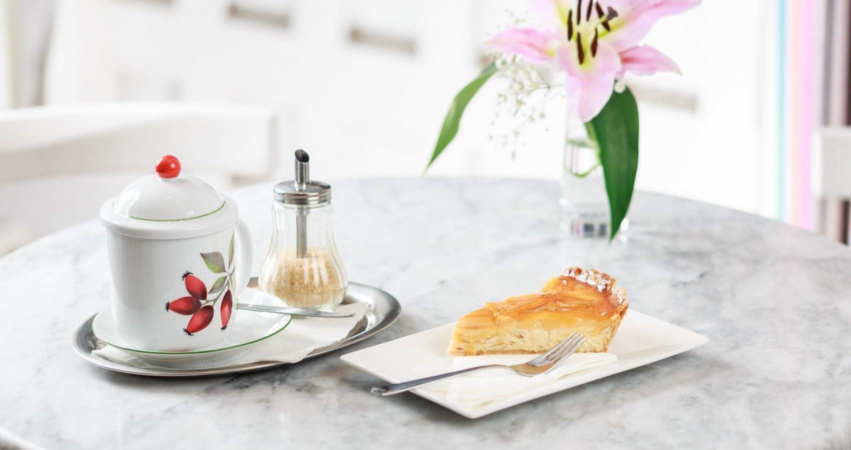 Šípkový čaj s hruškovým koláčem